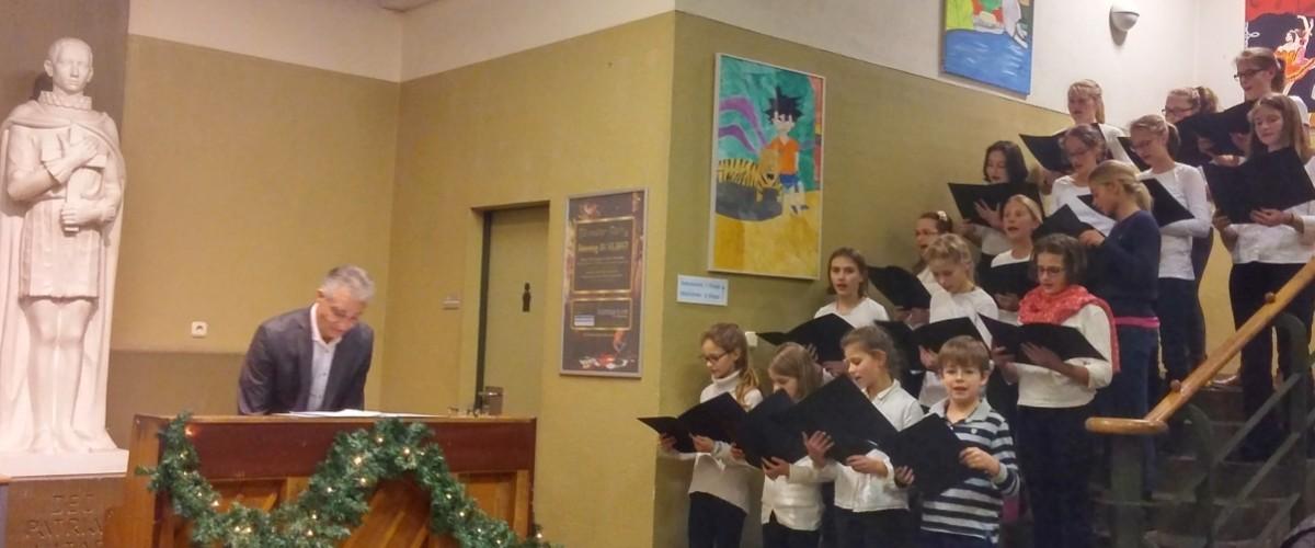 Mädchen aus dem Chor des Aloisiuskolleg - Adventssingen 2017