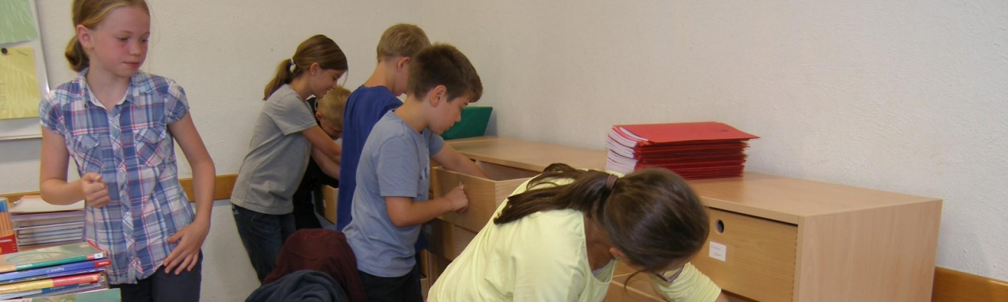Regale für die Schulklassen - gefördert vom Förderverein
