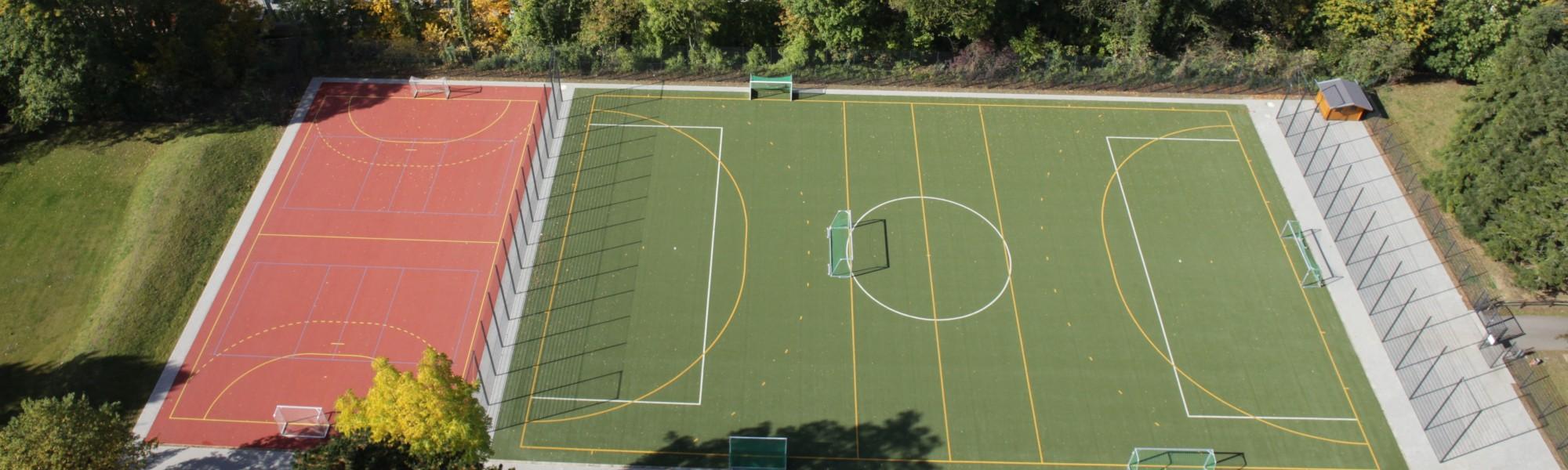 Fußball- und Tartanplatz
